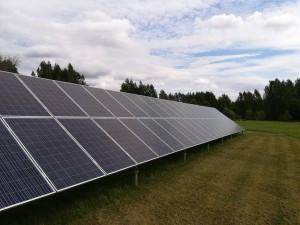 Viron ensimmäinen aurinkosähkön yhteisöenergiaprojekti seisoo värskalaisella pellolla ja tuottaa sähköä viereiseen kouluun